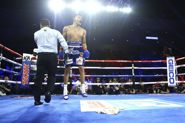 Emanuel Navarrete makes it two in a row over Issac Dogboe
