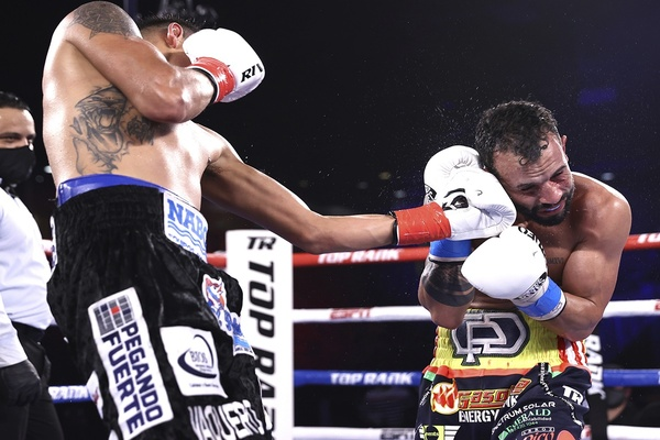 Emanuel Navarrete floors Christopher Diaz four times, retains title with 12th round stoppage